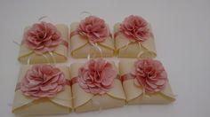 Embalagem para bem casado em tecido com flor de cetim    Pode ser feito em todas as cores as flores..