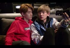Baekhyun smirking at an oblivious chanyeol