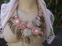 collier textile de fleurs roses et beiges sur dentelle écrue : Collier par coeur-de-tissu
