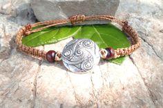 Bracelet triskel en macramé marron clair et métal argenté : Bracelet par stonanka