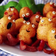 Mini Pancake and Sausage Octopus Creatures ~ Recipe OMG what are these adorable creatures ? Weenie Octopuses are the new pigs in a blanket. Making cute squid from sausages for kids. Also suitable as Mini Tortillas, Mini Crepe, Octopus Recipes, Watermelon Smoothies, Vegan Coleslaw, Mini Pancakes, Pancakes Easy, Good Food, Yummy Food