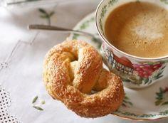 """I Krakeling sono dei biscottoni olandesi, a forma di pretzel, fatti con lievito di birra, leggermente croccanti fuori e morbidi dentro. Esiste anche una versione più croccante, li chiamano magere mannen (uomini magri). La ricetta è la stessa solo che l'impasto viene tirato ancor più sottile e quindi i biscotti risulteranno più croccanti.Questi pretzel olandesi a differenza di quelli tedeschi, sono dolci e non salati. Il nome sembra derivi dal francese """"craquelin"""" che sta ad indicare un…"""