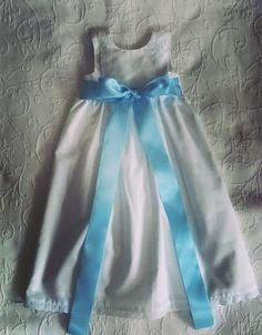 Cueiro branco com bordado Inglês e fita de cetim azul - White baby dress with cotton eyelet and blue satin ribbon