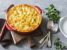 Shepherd's pie isn't just for meat lovers! Try this vegetarian shepherd's pie recipe made with mushrooms and protein crumbles. Shepherds Pie Rezept, Vegetarian Shepherds Pie, Curry Coco, Vegetarian Casserole, Vegetarian Lunch, Vegan Meals, Potato Toppings, Leftover Mashed Potatoes, Sliced Potatoes