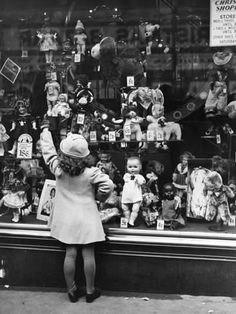 vintage doll shop - wish I was there right now!/I would be so excited just to see inside this old doll shop! Vintage Pictures, Old Pictures, Vintage Images, Old Photos, Black White Photos, Black And White Photography, Vintage Christmas Photos, Vintage Holiday, Doll Shop
