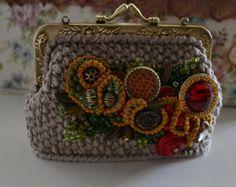 Tasche von Baumwollgarn verbunden ist. Perlen, Süßwasserperlen, Dekorative Blumen aus Gewebe. Verschluss-Spange in Bronze. Exakte Wiederholung ist nicht möglich, die Arbeiten als Beispiel zu sehen. Produktion Zeit 2-3 Wochen Handtaschen. Besser alle Ihre Wünsche und Dauer der Leistung in persönlicher Korrespondenz zu verhandeln. Größe: 8 cm x 8 cm (25 x 20 cm.)