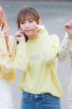 Yu Jin, Japanese Names, Yuehua Entertainment, College Outfits, Girl Crushes, Pop Group, Kpop Girls, Rain Jacket, Windbreaker