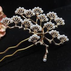 パールの【松】かんざし.:*・゜ Bride Hair Accessories, Jewelry Accessories, Fashion Accessories, Jewelry Design, Gems Jewelry, Hair Jewelry, Asian Hair Pin, Vintage Hair Combs, Hair Decorations