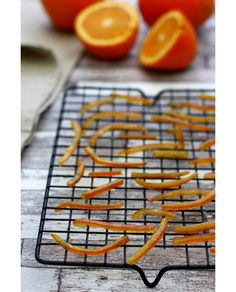 At the moment I suggest a fundamental recipe, to confit orange peel, an anti-waste recipe as a result of usually the orange peel results in the trash! Orange Dessert, Fruit Orange, Orange Confit, Desserts With Biscuits, Candied Orange Peel, Cuisine Diverse, Sweet Cooking, Cooking Bread, Food Tags