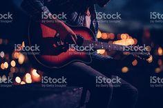 Hipster guitarrista tocando em um terraço à noite foto royalty-free