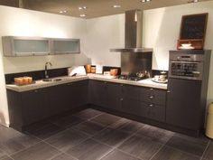 1543. Moderne hoek keuken. 247 x 335 cm. Inclusief luxe keukenapparaten met gas kookplaat.   Goedkoopste showroomkeukens.