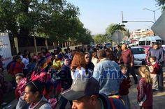 Esta mañana padres de familia y alumnos de esta institución llegaron al plantel y encontraron las puertas cerradas y ningún profesor presente; esto, como consecuencia de la manifestación para exigir ...