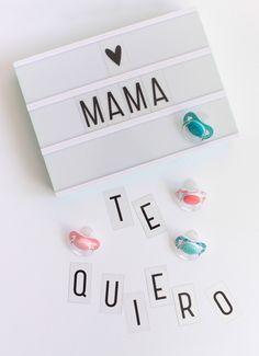 Románticos diseños para que tu bebé proclame el amor hacia su mami ¡Feliz día mamá! Modelos para niño y niña, disponibles en tetina anatómica de látex y fisiológica de silicona. #suavinex