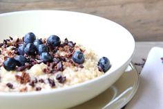 Kirschbiene kocht: Oatmeal mit gebratener Zimtbanane, Kakao-Nibs und Blaubeeren