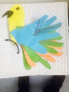 Papegaai met veren van papierenhandjes