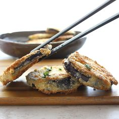 Italian Breaded Eggplant, an easy and so delicious side dish or appetizer, sliced eggplant lightly fried in a yummy Parmesan breadcrumb mix. Italian Eggplant Recipes, Fried Eggplant Recipes, Eggplant Fries, Italian Menu, Eggplant Dishes, Italian Recipes, Eggplant Plant, Eggplant Parmesan, Gourmet Recipes