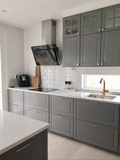 How to clean your kitchen credenza? Home Kitchens, Kitchen Design, Kitchen Inspirations, Kitchen Dining Room, Kitchen Renovation, Kitchen Decor, Bodbyn Kitchen Grey, Kitchen Interior, Kitchen Cabinets