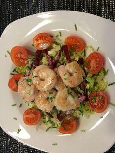 Kokos-Garnelen-Salat mit Tomaten, Schnittlauch und Rote Beete! Lecker und in nur 20 Min. erledigt. Anschließend Waldbeeren mit Kokuscreme! Grandios!
