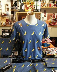 Hola hola :-) Hoy va de Plátanos con esta más que genial camiseta de Donkey Kong llena de platanos y de nuestro querido Donkey Kong por delante por detras el las mangas. Vamos por to das partes :-) Ideal para este veranito :-) #mistergiftbcn #mistergift #oficial #official #donkeykong #donkeykong64 #nintendo #camisetas #camiseta #verano #platanos #platano #banana #clasico