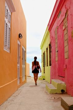 Fashionblogger and instagrammer Negin Mirsalehi in Curaçao – Willemstad in Pink