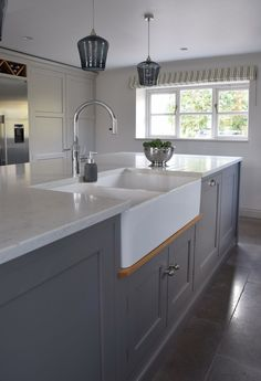 New kitchen grey worktop pendant lights Ideas - Pinpon Grey Kitchen Island, Stone Kitchen, Grey Kitchen Cabinets, Kitchen Paint, Kitchen Tiles, Kitchen Layout, Kitchen Flooring, New Kitchen, Kitchen Decor
