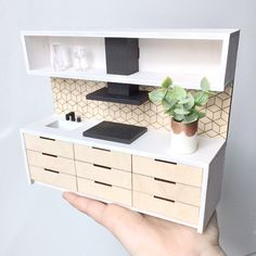 Modern handmade dollhouse kitchen (with modern accessories). DIY dollhouse furniture and modern dollhouse furniture to buy. Barbie Doll House, Mini Doll House, Doll House Kitchen, Doll House Modern, Diy Doll Kitchen, Mini Kitchen, Used Office Furniture, Kitchen Furniture, Furniture Stores