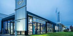 nel modernissimo negozio Automag GmbH a Monaco di Baviera il modello d'illuminazione e quello dell'area di vendita si integrano l'uno nell'altro http://ow.ly/fYA130hPTYJ #LED #LEDlighting #fashion #food #technology #cars