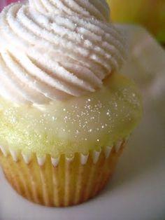 Orange White Chocolate Cupcakes Recipe ~ So yummy! Orange weiße Schokolade Cupcakes Rezept ~ So lecker! Köstliche Desserts, Delicious Desserts, Yummy Food, Plated Desserts, Yummy Cupcakes, Cupcake Cookies, Flavored Cupcakes, Banana Cupcakes, Lemon Cupcakes