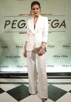 camila queiroz usa conjunto de flare e blazer branco.