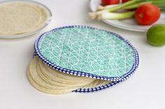 Diy tortilla warmer by bernina Easy Sewing Projects, Sewing Projects For Beginners, Sewing Hacks, Sewing Tutorials, Sewing Crafts, Sewing Patterns, Video Tutorials, Sewing Designs, Fabric Patterns