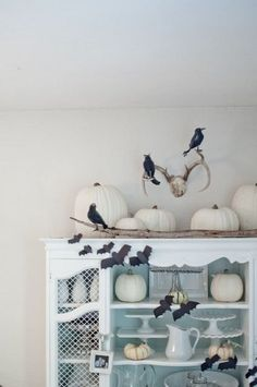 24 ideas of a white Halloween decoration Halloween Chique, Chic Halloween Decor, Halloween House, Spooky Halloween, Halloween Decorations, Halloween Ideas, Fall Decorations, Rearranging Furniture, Creative Pumpkins