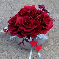 Vínové růže ve starostříbrné keramické kouli Christmas Wreaths, Christmas Decorations, Bouquets, Flowers, Plants, Christmas Swags, Holiday Burlap Wreath, Bouquet, Christmas Decor