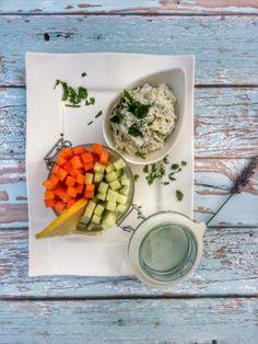 Könnyű, diétás nassolnivaló vagy egy kerti parti előétele lehet ez a zöldfűszeres sajtkrém roppanós zöldségekkel. Nyári melegben jól esik nyers, friss zöldségeket rágcsálni. Válasszuk a magas víztartalmú uborkát, de lehet benne még paprika, répa vagy szárzeller is.