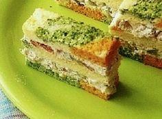 Šarena slana torta je napraljena po principu Šarenog slanog rolata,samo što nije urolana nego je kora isečena na tri dela i nafilovana je. Ostavlja odličan utisak na goste i sjajno je predjelo svih trpeza.