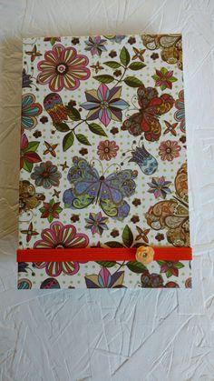 Caderneta de anotações feitas com papel reciclado e sobras de papel decorado.