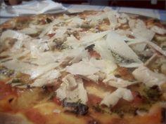 Receta casera para preparar pizza de bonito. Siguiendo el estilo de una empanada gallega de bonito hacemos esta riquísima pizza de bonito