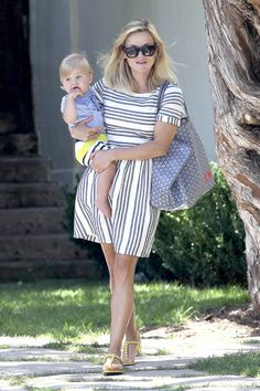Short sleeve white and black printed dress + white sandals Reese Whitherspoon, Reese Witherspoon Style, Celebrity Style Dresses, Everyday Dresses, Love Her Style, Street Style Women, Women Wear, Short Sleeve Dresses, Reese's Pieces