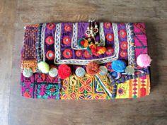 Clutch de mano muy colorido hecho a mano con telas zaris indias. Cierre con im�n. Medidas: 27 cm * 17 cm