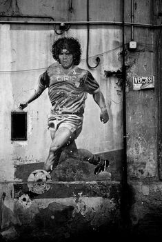 El Diego es tan grande que merece más y más pins. Diego Maradona en un mural probablemente napolitano. Por Derek Hudson