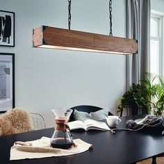Χαρίστε στο χώρο σας πλούσιο φως και ιδιαίτερο στυλ, με το Κρεμαστό Φωτιστικό Οροφής Harborough 43159. Είναι πολύ εντυπωσιακό, καθώς είναι κατασκευασμένο κυρίως από ξύλο και κοσμείται με διακριτικές ατσάλινες λεπτομέρειες. Είναι ιδανικό για μεγάλους χώρους, για την τραπεζαρία, για το σαλόνι ή για τον επαγγελματικό σας χώρο.