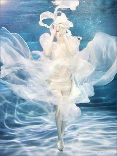 source : 500px.com (by margarita kareva) _  collection image couleur aquatique, femme à voile (veil woman, aquatic)