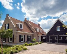 This is not really a farmhouse, but a farmhouse villa. Realized by Bloemfontein. Holland House, Stucco Homes, Cottage Exterior, Bungalow, My House, Beautiful Homes, House Plans, New Homes, Villa