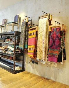 Scarf, rug or fabric display idea. Scarf Display, Quilt Display, Fabric Display, Boutique Deco, Boutique Interior, Boutique Design, Merchandising Displays, Store Displays, Boutique Displays