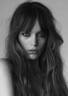 El flequillo largo es un corte muy favorecedor que hace que tengas un rostro más alargado. #rostro #alargado #cabello #mujer #estilo #belleza
