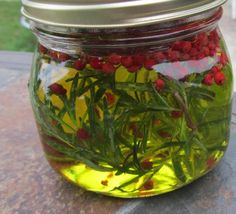 Oil with Rosemary and Pink Peppercorns Olive Oil with Rosemary and Pink Peppercorns . This would make a great gift!Olive Oil with Rosemary and Pink Peppercorns . This would make a great gift! Flavored Olive Oil, Flavored Oils, Infused Oils, Mini Paprika, Steamed Potatoes, Diy Food Gifts, Homemade Gifts, Homemade Seasonings, Snacks Für Party