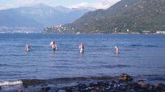 www.bringhand.de/blog    Transport hat bekanntlich viele Gesichter. Diese Familie versuchte über einen Wasserweg in den nächsten Ort zu gelangen. Das war uns wieder ein Bild wert. Der Vater war ganz klar der Transporteur :-)    #Transport #Wasser #Spazieren #See #Lagomaggiore #Cannobio #Italien #Reisen #Urlaub #Schwimmen #Sommer #summer #swimming #Campen #Wanderlust #Erholen #Fluss #Erfrischen #transportieren #bringhand #Berge #Schweiz