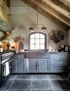 Antracietgrijze keuken, op kleur gemaakt op basis van Carte Colori kleur Nero. Te zien in binnenkijker in Wonen Landelijke Stijl editie 5. http://cartecolori.nl/…/categorie-…/landelijk-gastenverblijf