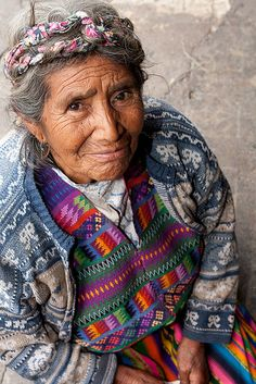 Beautiful Lady in Antigua, Guatemala We Are The World, People Around The World, Guatemalan Textiles, Beautiful People, Beautiful Women, World Cultures, Central America, Old Women, First World