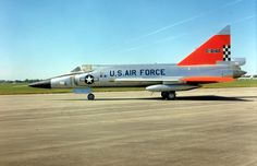 Aviones Caza y de Ataque: F-102 Delta Dagger               Armamento Cohetes: 24× cohetes FFAR de 70 mm en las compuertas de las bodegas de misiles Misiles: 6× Misiles aire-aire AIM-4 Falcon o 3× AIM-4 Falcon y 1× AIM-26 Falcon de cabeza nuclear o convencional.  Aim-4 Falcon Missile on F-102 Delta Dagger at Wings Over the Rockies Museum. Denver, CO.