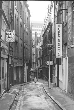 Needless Alley Birmingham -- how strange. Just earlier today I was thinking about what Needless Alley was like in the and and then I saw this. Local History, British History, Northfield Birmingham, Old Pictures, Old Photos, Birmingham City Centre, Birmingham England, 2nd City, West Midlands